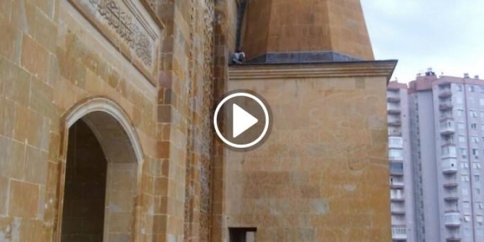 Cami hırsızı minare kaidesinde mahsur kaldı