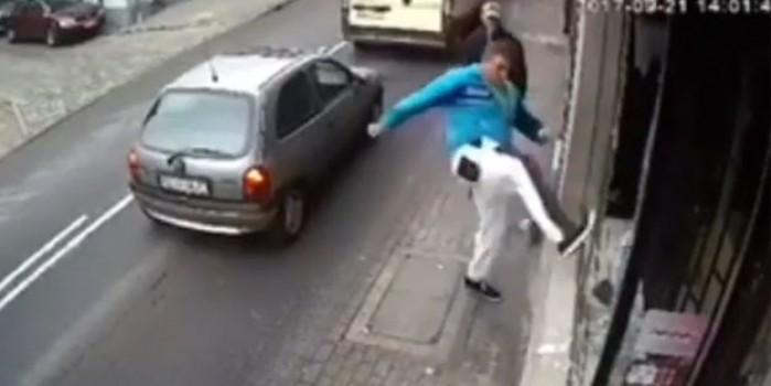 Camiye saldırdı, araba çarptı