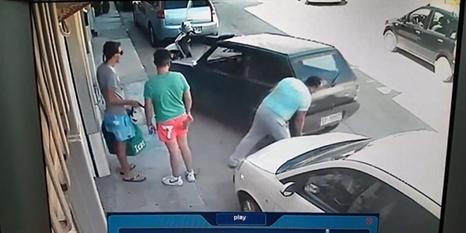 Çaresiz adam arabasını kaldırarak çıkarttı