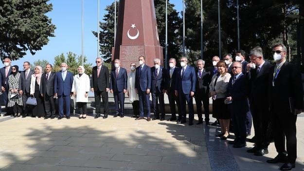 Cumhurbaşkanı Erdoğan, Bakü'de şehitliği ziyaret etti