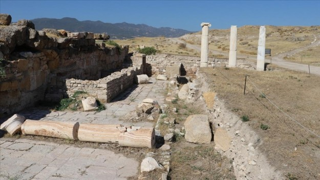 Denizli'deki antik kent Tripolis'teki depremlerin izleri gün ışığına çıkartılıyor