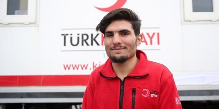 Depremde elleriyle kazdığı enkazdan 2 kişiyi kurtarmıştı... Suriyeli Mahmud Kızılay gönüllüsü oldu