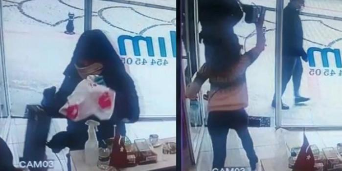 Döviz bürosundaki silahlı soyguncuyu, kadın çalışan elindeki cihazla kovaladı