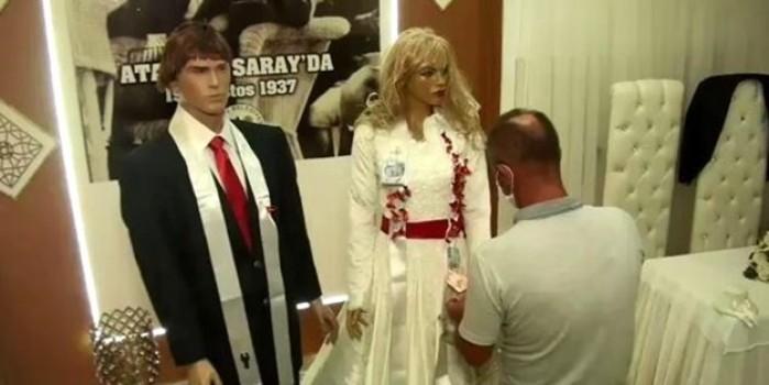 Düğün takılarına koronavirüs ayarı... Takılar gelin ve damat yerine cansız mankenler takıldı