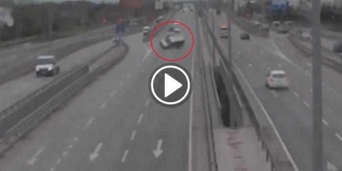 Düz yolda arabayı deviren sürücü