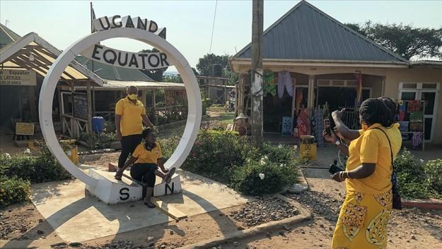Ekvator çizgisindeki 'su hunisi testi' turistlerin ilgi odağı oluyor