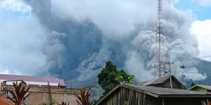 Endonezya'da yanardağ patladı! Yetkililer uyarı yaptı