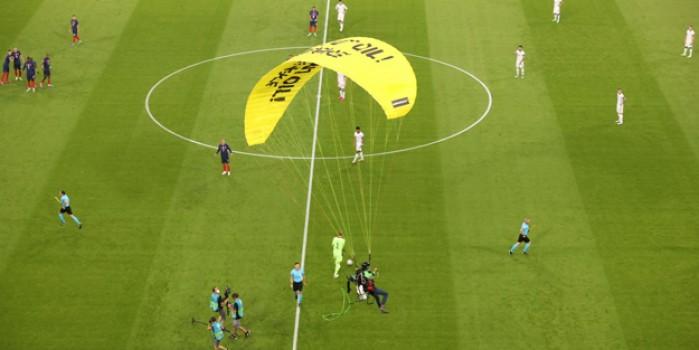 Fransa-Almanya maçında ilginç anlar! Paraşütle sahaya iniş yaptı