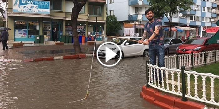Göle dönen sokağa vatandaş olta attı