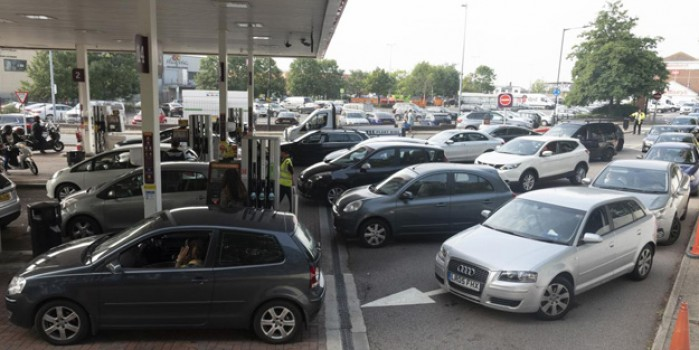 Görüntüler İngiltere'den! Kriz çözülemiyor, benzin istasyonlarında uzun kuyruklar oluştu