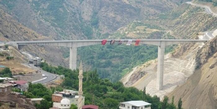 Güneydoğu'yu Doğu'ya bağlayacak olan Türkiye'nin en yüksek köprüsü açıldı
