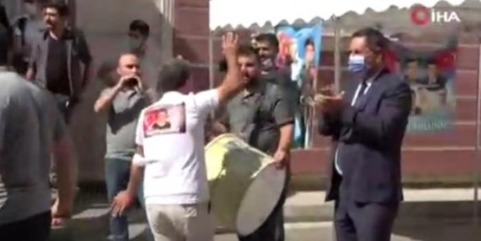 HDP İl Binası önünde kurban kesip halay çekti