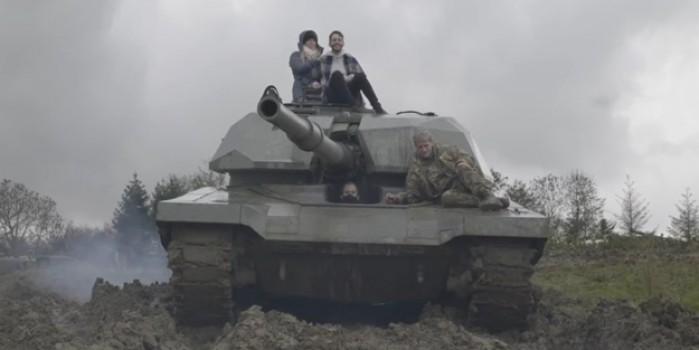 İlginç yarışma! Tankla araçların üstünden geçtiler