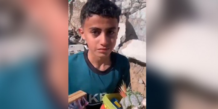İşgalci İsrail, evini yıktı! Gözyaşlarını saklamaya çalışan çocuk boğazları düğümledi!