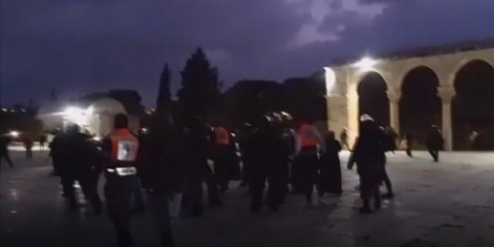 İşgalci İsrail polisinden yine provokasyon... Mescid-i Aksa'yı basarak cemaate saldırdılar