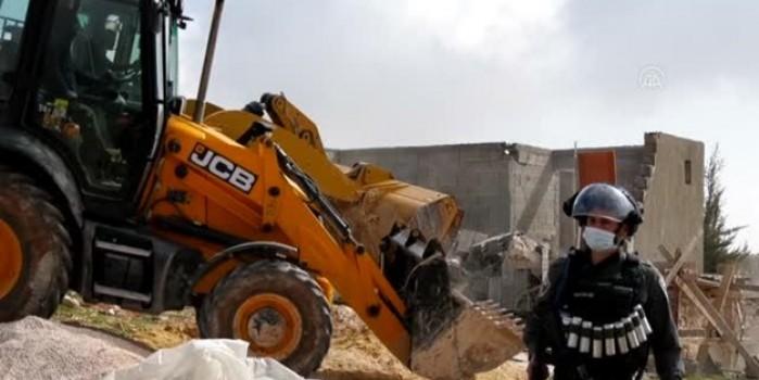 İşgalci İsrail yuva yıkmaya devam ediyor... Evleri yıkılan 12 Filistinli sokakta kaldı
