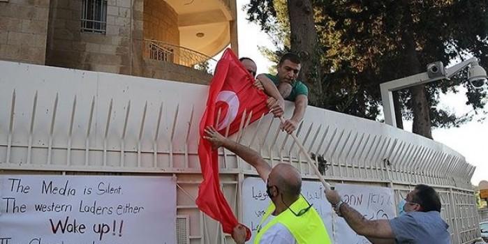 İsrail ordusundan silahlı bir kişinin de aralarında bulunduğu grup Türk bayrağı yaktı