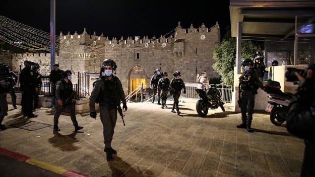 İsrail polisi bir kez daha Kudüs'te teravih namazı sonrası bir araya gelen Filistinlilere müdahale etti