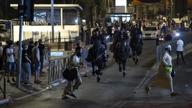 İsrail polisi Doğu Kudüs'te teravih sonrası toplanmak isteyen Filistinlileri dağıttı