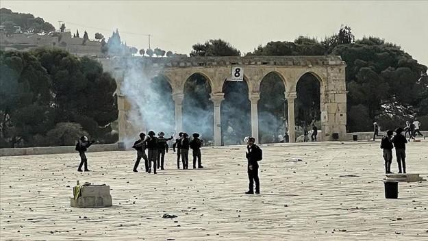 İsrail polisi, işgal altındaki Mescid-i Aksa'da baskınları önlemek için nöbet tutan Filistinlilere müdahale ediyor