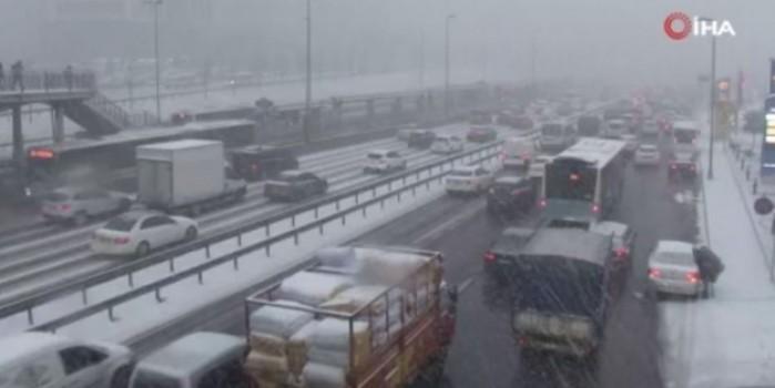 İstanbul'da kar trafiği yoğunluğu: Trafik durma noktasına geldi