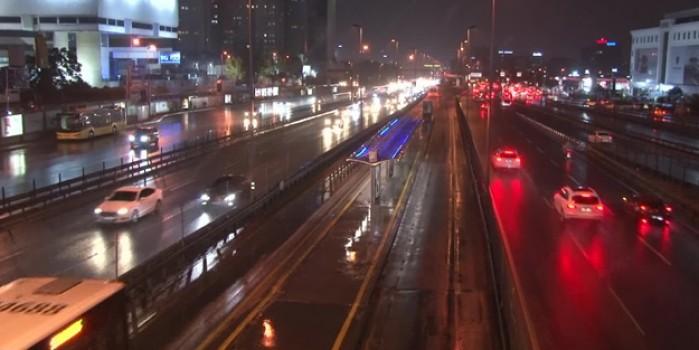 İstanbul'da sağanak yağış etkisini sürdürüyor