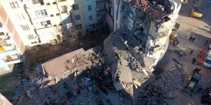 İzmir depreminde yıkılan bina ve kurtarma çalışmaları havadan görüntülendi