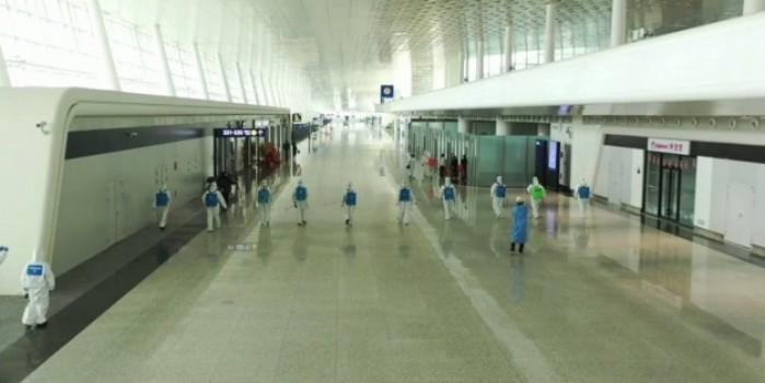 Karantinanın sona ereceği Wuhan'da havaalanı dezenfekte ediliyor
