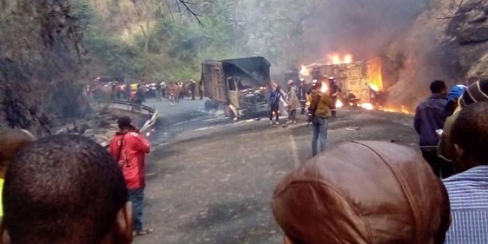 Katliam gibi kazada araçlar alev topuna döndü: 53 ölü, 21 yaralı