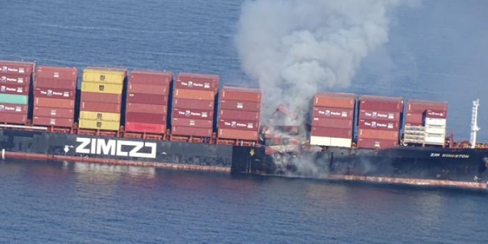 Kimyasal madde taşıyan konteyner gemisinde korkutan yangın