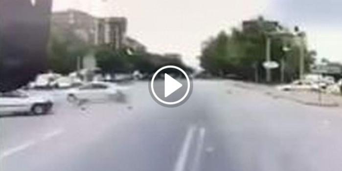 Kırmızı ışıkta meydana gelen kaza kameraya yansıdı