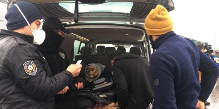 Koronavirüs denetimlerinde pes dedirten görüntü! Aracın hem içinde hem bagajında yolcu taşıdı