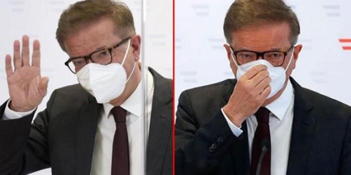 Koronavirüs nedeniyle istifa eden bakan gözyaşlarına boğuldu