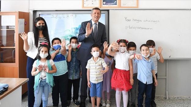 Milli Eğitim Bakanı Selçuk, köy okulundaki öğrencilerin karne sevincine ortak oldu
