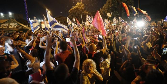 Netenyahu gitti binlerce İsrailli sokağa döküldü: Güle güle Bibi