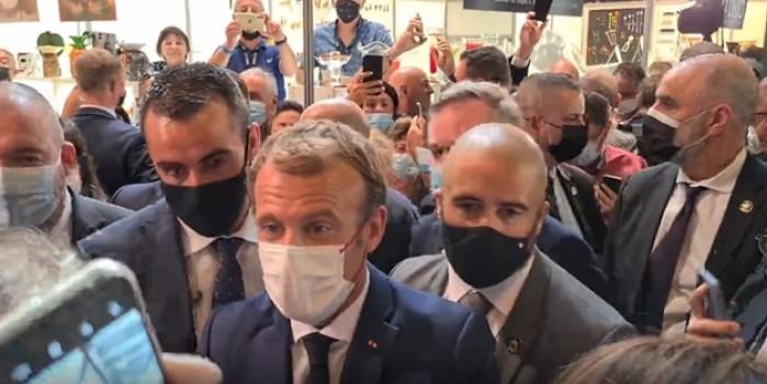 Neye uğradığını şaşırdı! Macron'a yine saldırdılar