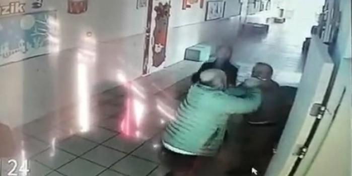 Okul koridorunda öğretmeni tekme tokat dövdü
