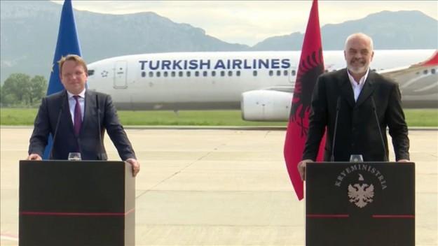 Oliver Varhelyi ile Edi Rama'nın basın toplantısı sırasında ikilinin arkasından THY'ye ait bir uçağın geçmesi ilginç görüntüler oluşturdu