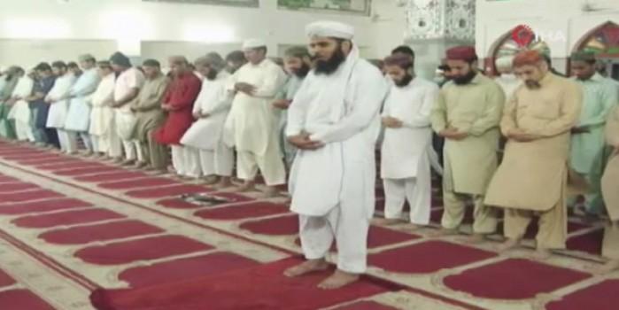 Pakistan'da ilk teravih namazı kılındı