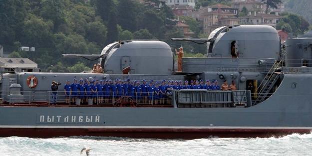 Rus savaş gemisi Boğaz'dan kadın askerlerle...