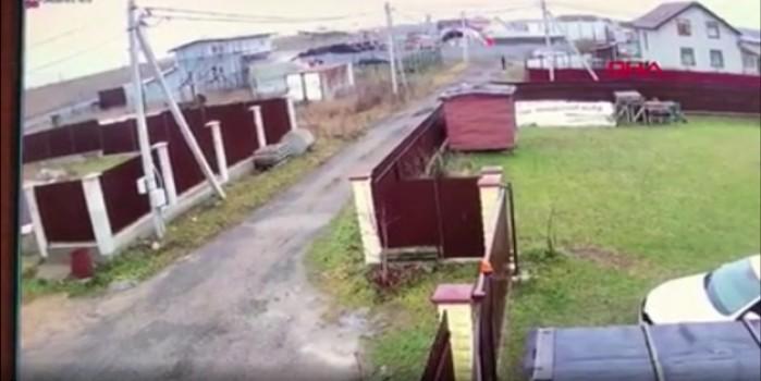 Rusya'da düşen küçük uçak kameralara böyle yansıdı