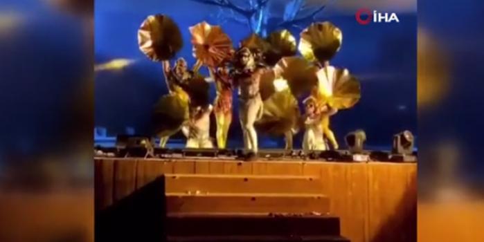 Sanatçılara sahnede bıçaklı saldırı! Panik anları kamerada