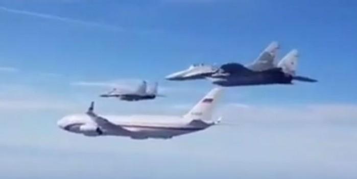 Savaş uçakları Rus bakanı taşıyan uçağın etrafını sardı