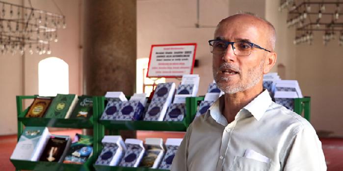 Şehit polisin imam babası, turistlere İslam'ı anlatıyor