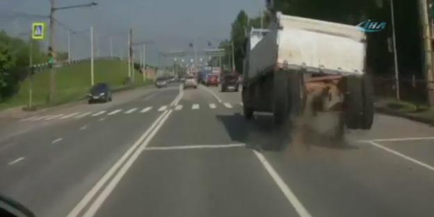 Seyir halindeki kamyonun dingili fırladı!