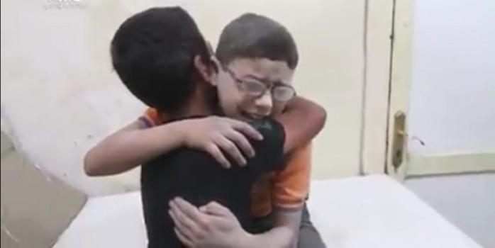 Suriye'de  iki küçük arkadaşın yürekleri sızlatan feryatları