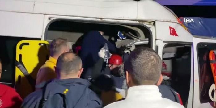 Tarım işçilerini taşıyan minibüs kaza yaptı: 2'si bebek 17 yaralı