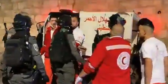 Terörist İsrail askerleri, Filistin Kızılayı'nı engelledi!