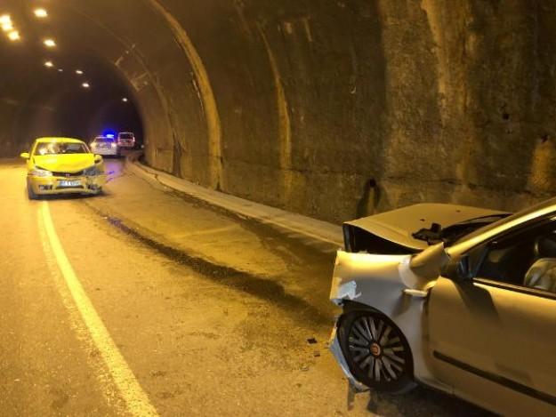 Trafiğe kapalı tünelde kaza: 8 yaralı