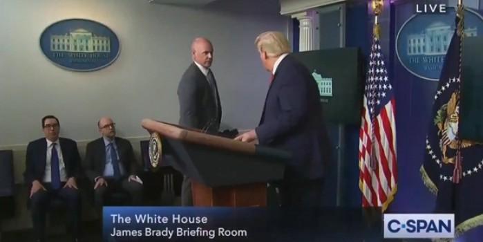 Trump basın toplantısı sırasında güvenlik ekibi tarafından dışarı çıkarıldı